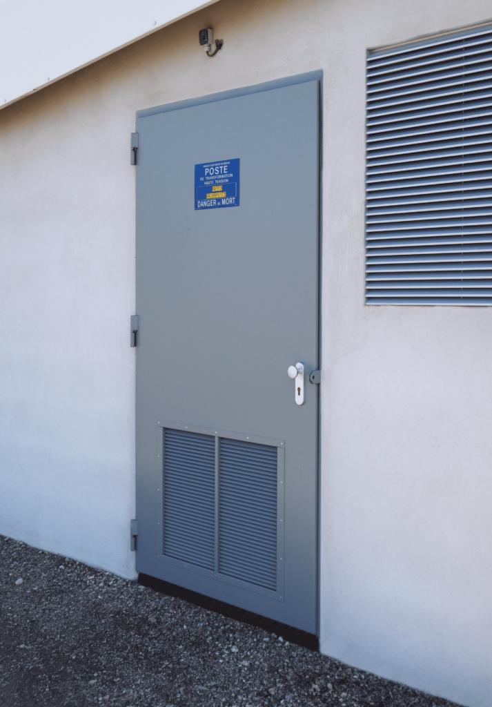 Transformateur privée muni d'une porte acoustique ou coupe-feu